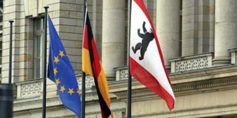 Flaggen vor Reichstag - Foto: Fotolia.com / Thomas Röske