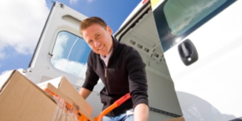 Mann mit Paketen - Foto: iStockphoto.com / nullplus