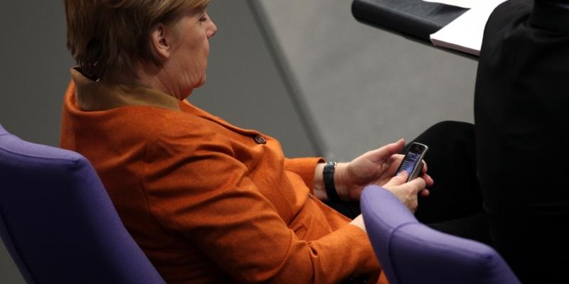 Angela Merkel mit ihrem Handy - Foto: über dts Nachrichtenagentur