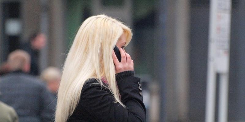 Blonde Frau mit Telefon - Foto: über dts Nachrichtenagentur