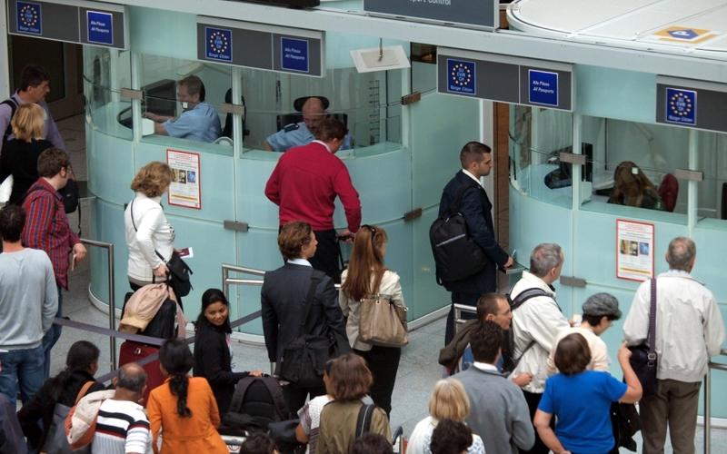 Flugpassagiere vor der Passkontrolle - Foto: über dts Nachrichtenagentur