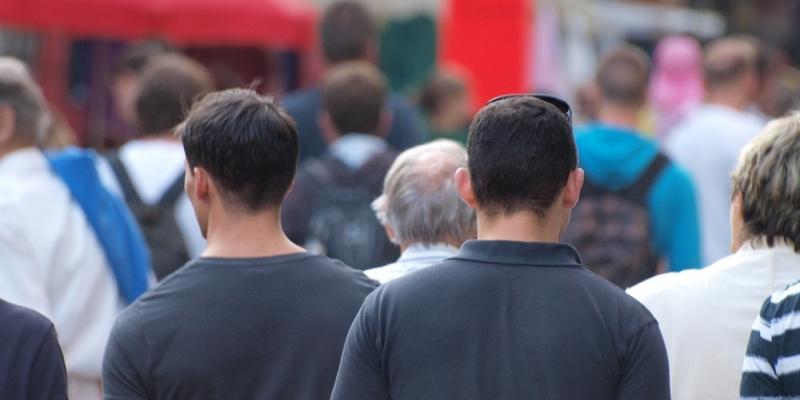 Männer in einer Fußgängerzone - Foto: über dts Nachrichtenagentur