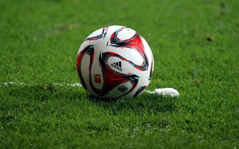 Fußball liegt vor Freistoßspray - Foto: über dts Nachrichtenagentur