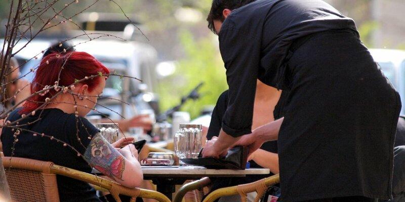 Bedienung in einem Café - Foto: über dts Nachrichtenagentur
