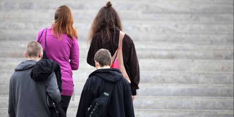 Vier junge Leute auf einer Treppe - Foto: über dts Nachrichtenagentur