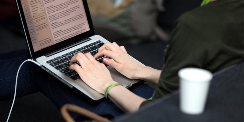 Frau an einem Laptop - Foto: über dts Nachrichtenagentur