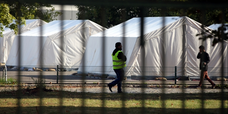 Flüchtling und Sicherheitsmann in einer Zeltstadt - Foto: über dts Nachrichtenagentur