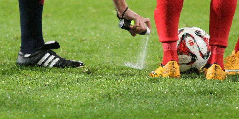 Schiedsrichter mit Freistoßspray - Foto: über dts Nachrichtenagentur