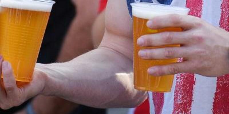 US-Amerikaner mit Bier - Foto: David Ebener/Archiv
