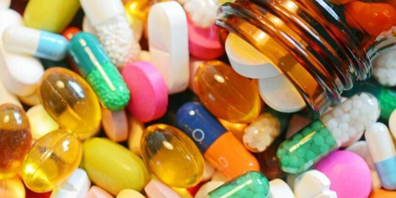 Pillen und Tabletten - Foto: Bunte Pillen und Tabletten liegen auf einem Tisch. Seit rund einem halben Jahr ist die Frauen-Lustpille Addyi, die oft als «Pink Viagra» bezeichnet wird, in den USA erhältlich. Laut einer Studie ist die Wirkung gering, die Nebenwirkungen dagegen sind deut
