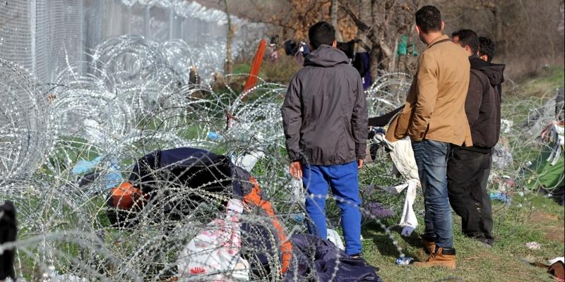 Flüchtlinge auf der Balkanroute vor einem Grenzzaun - Foto: über dts Nachrichtenagentur