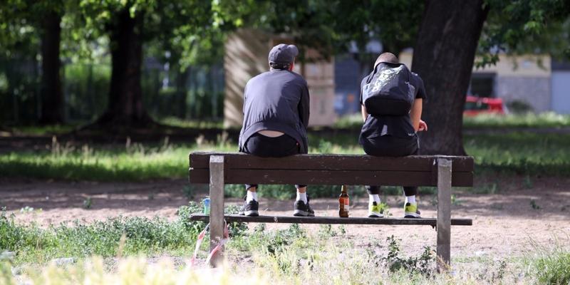 Jugendliche auf einer Parkbank mit Bier - Foto: über dts Nachrichtenagentur