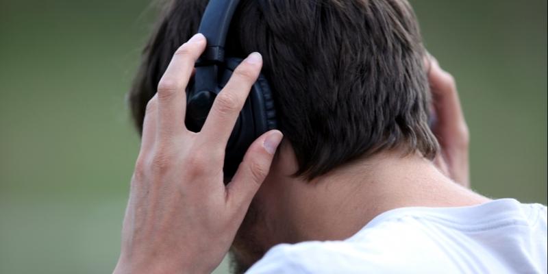 Mann mit Kopfhörern - Foto: über dts Nachrichtenagentur