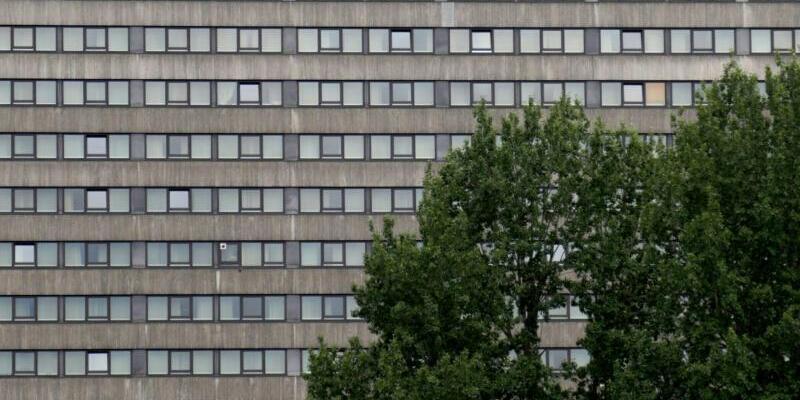 Mordanklage gegen Frankfurter Exorzisten - Foto: Von Bäumen teilweise verdeckt ist die Fassade eines Luxushotels in Frankfurt am Main. Nachdem eine 41-jährige Südkoreanerin im Dezember 2015 in einem Zimmer des Hotels an den Folgen einer Teufelsaustreibung starb, müssen sich jetzt die mutmaßlichen Täter