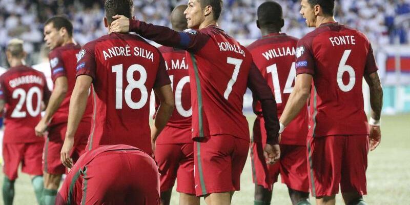 Leichte Übung - Foto: Crisitano Ronaldo (7) feiert mit seinen Teamkollegen einen weiteren Treffer gegen Färöer. Foto:Jens Kristian Vang