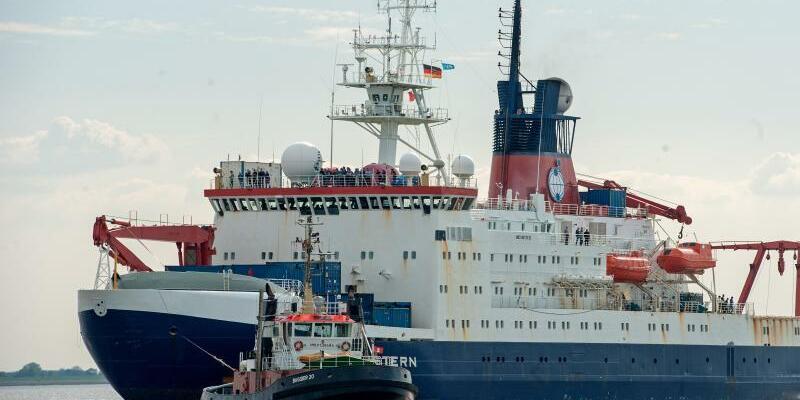 Forschungsschiff «Polarstern» - Foto: Das Forschungsschiff «Polarstern» des Alfred-Wegener Instituts für Polar- und Meeresforschung (AWI) trifft vor der Nordschleuse seines Heimathafens in Bremerhaven (Bremen) ein. Es kehrte von seiner sommerlichen Arktis-Expedition nach Bremerhaven zurück. F