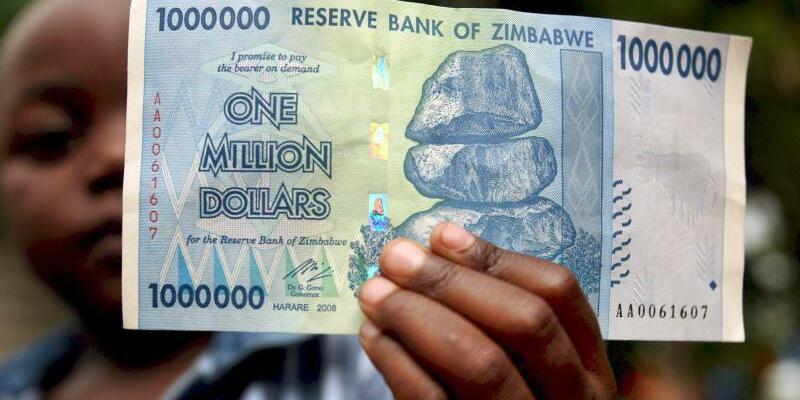 Inflation in Simbabwe - Foto: Ein Junge mit einer Million Simbabwedollar: Hyperinflation ist in Mugabes Simbabwe seit Jahren ein Problem. Jetzt sollen Schuldscheine als Parallelwährung eingeführt werden. Foto:Aaron Ufumeli/Archiv