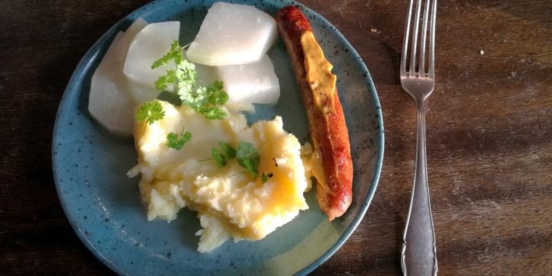 Bratwurst mit Kartoffelbrei und Kohlrabi - Foto: über dts Nachrichtenagentur