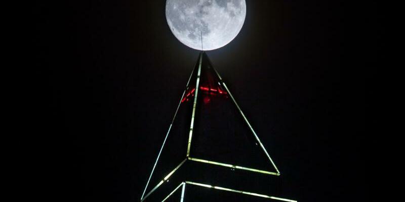 Vollmond über dem Frankfurter Messeturm - Foto: Frank Rumpenhorst