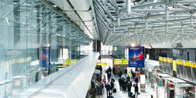 Flughafen Berlin-Tegel - Foto: Hätte längst schließen müssen - zahlreiche Flugpassagiere gehen durch die Eingangshalle des Flughafens Berlin-TegelinBerlin. Foto:Sophia Kembowski