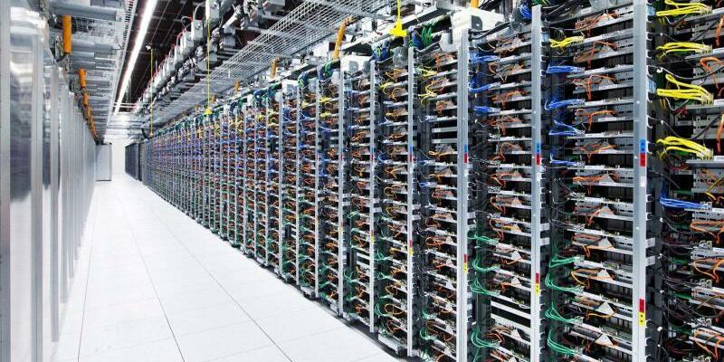 Google-Datenzentrum - Foto: Energiehungrig:Server-Reihen im Google-Datenzentrum in Pryor, Oklahoma. Foto:Google