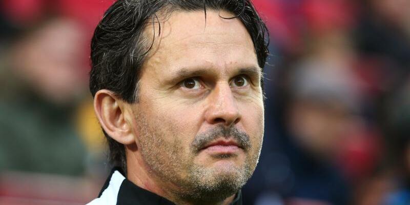 Entlassen - Foto: Der FC Augsburg trennt sich von Dirk Schuster. Foto:Karl-JosefHildenbrand