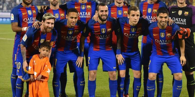 FC Barcelona mit Ehrengast - Foto: Das Team vom FC Barcelona mit dem kleinen Murtuza Ahmadi in Doha. Foto:EPA/Noushad Thekkayil