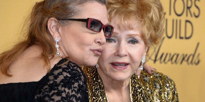 Fisher und Reynolds - Foto: Debbie Reynolds (r) und ihre Tochter Carrie Fisher. Foto:Paul Buck