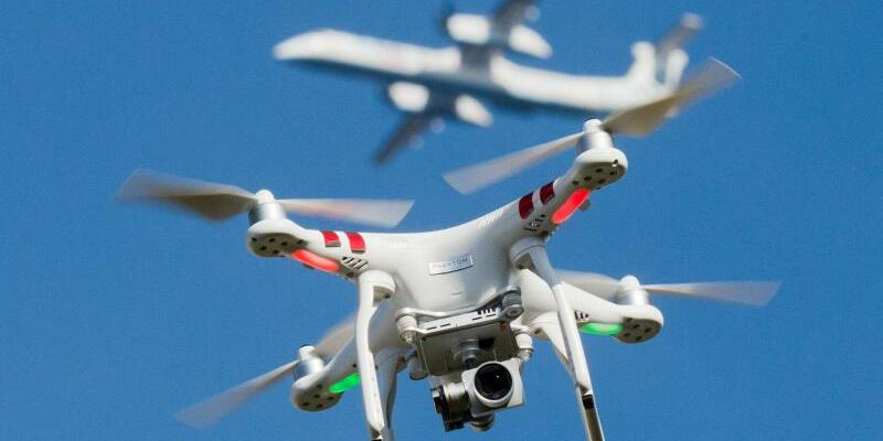 Drohne und Flugzeug - Foto: Julian Stratenschulte