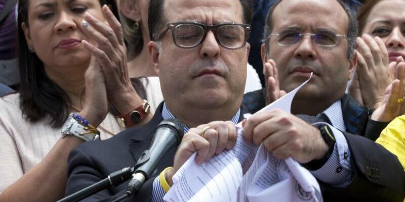 Julio Borges zerreißt Urteil - Foto: Ariana Cubillos