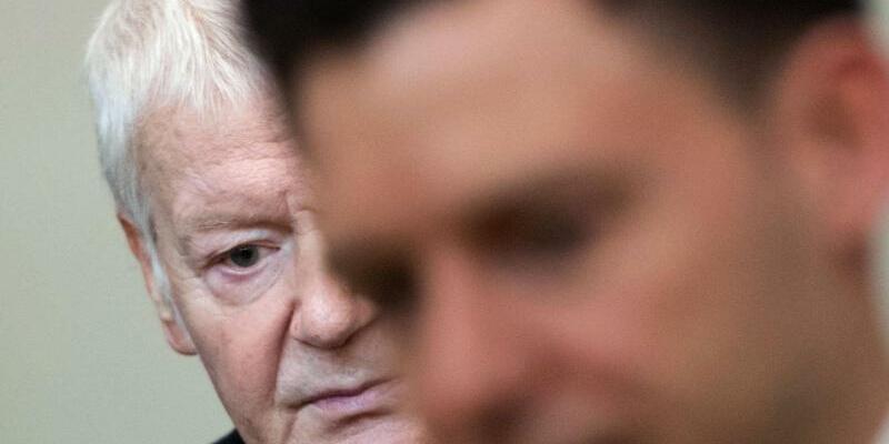Schlecker Prozess - Foto: Der ehemalige Drogeriekettenbesitzer Anton Schlecker im Landgericht Stuttgart neben seinem Anwalt Maximilian Heiß. Die Familie Schlecker steht wegen des Vorwurfs des vorsätzlichen Bankrotts der Drogeriemarktkette Schlecker und möglicher Beihilfe vor Geric