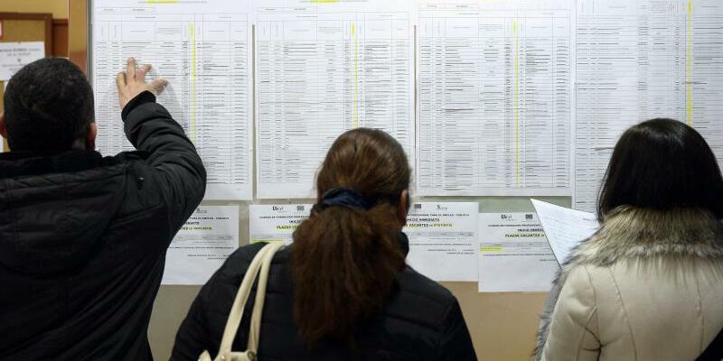Arbeitsmarkt in Spanien - Foto: Arbeitssuchende in einem Arbeitsamt im spanischen Valladolid. Die Arbeitslosenquote in der Eurozone ist auf den niedrigsten Stand seit 2009 gefallen. Foto:Nacho Gallego