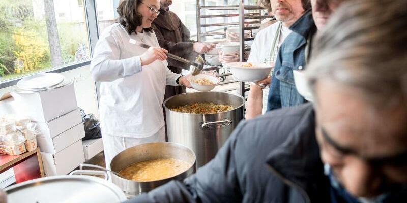 Bundesministerin in der Suppenküche - Foto: Kay Nietfeld