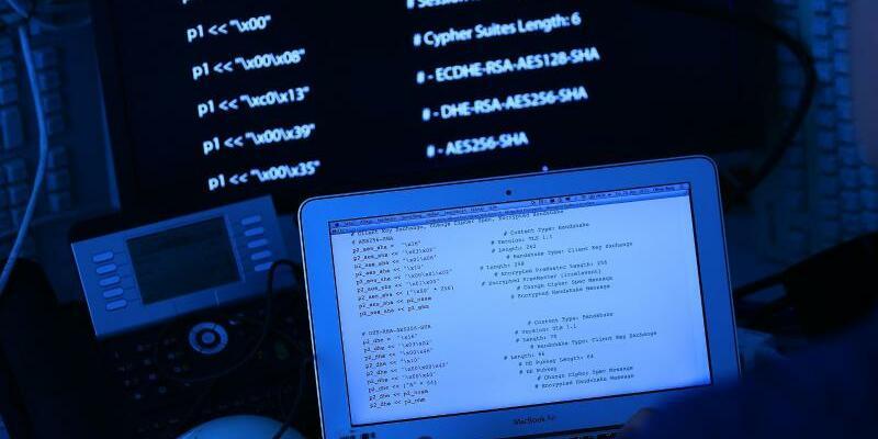 Computer mit Quellcode - Foto: Oliver Berg