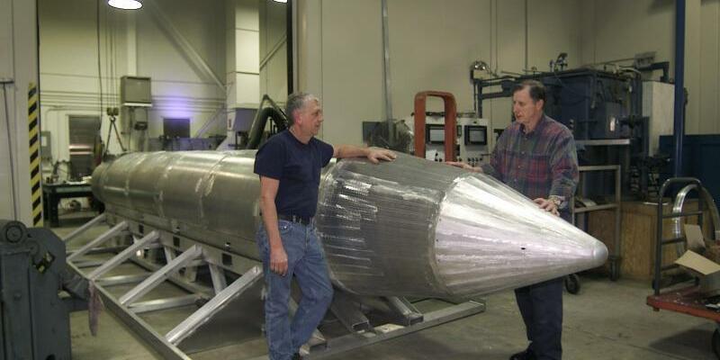 Bombe GBU-43 - Foto: Prototyp der Bombe GBU-43 samt seinem Schöpfer, Al Weimorts. Foto:US Air Force