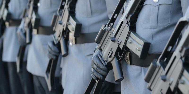Soldaten mit G36 - Foto: Bei der Entscheidung zähle das beste Preis-Leistungs-Verhältnis, teilte das Ministerium mit. Foto:Patrick Seeger