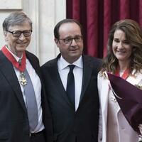 Bill und Melinda Gates - Foto: Das Ehepaar wurde von Hollande (M) mit dem französischen Verdienstorden ausgezeichnet. Foto:Kamil Zihnioglu