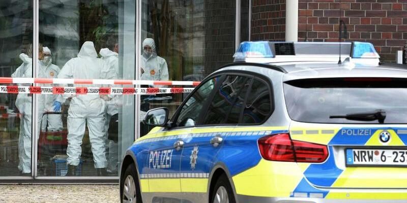 Ein Polizeiauto vor einem Café in Duisburg - Foto: Stephan Witte
