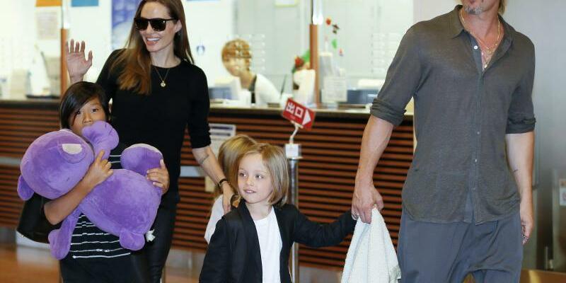Familie - Foto: Ein Teil der Patchwork-Familie:Angelina Jolie und Brad Pitt mit ihren Kindern Pax Thien (l.), Shiloh und Knox Jolie-Pitt. Foto:Kimimasa Mayama