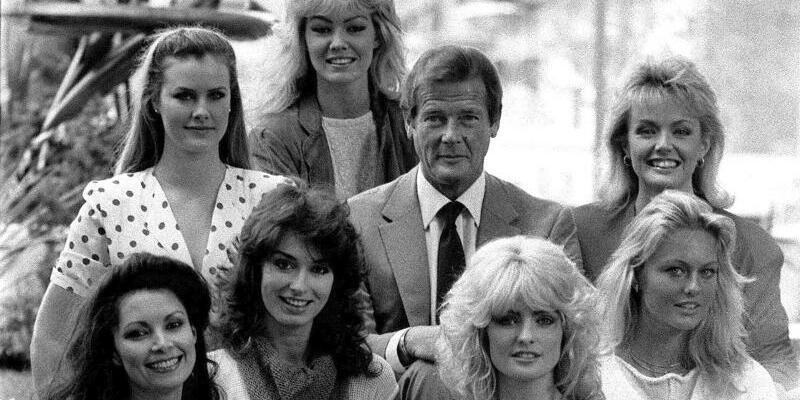 Roger Moore - Foto: Roger Moore im Jahr 1983 inmitten von sieben Darstellerinnen aus dem Film «Octopussy». Foto:Archiv