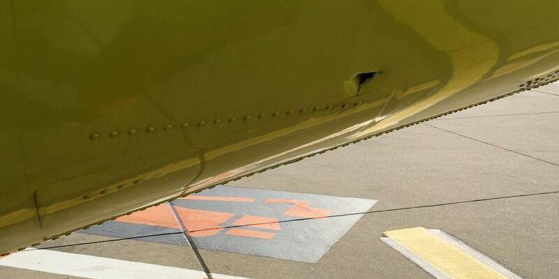 Loch im Flugzeug - Foto: FrM/dpa