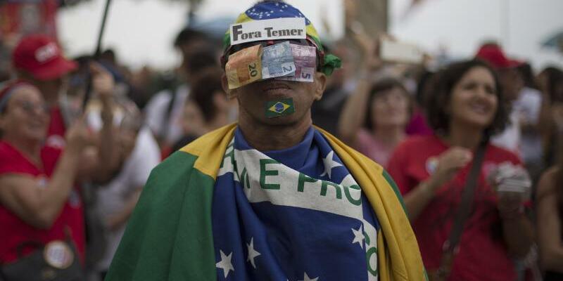 Protest in Rio De Janeiro - Foto: Protest in Rio: Gegen Staatschef Temer wird wegen Korruptionsverdachts ermittelt, er verweigert aber einen Rücktritt. Foto:Leo Correa