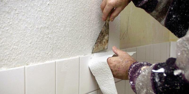 Handwerker - Foto: Mehr Umsatz durch mehr Arbeitstage:Ein Maler und Tapezierer bei der Arbeit. Foto:Oliver Stratmann