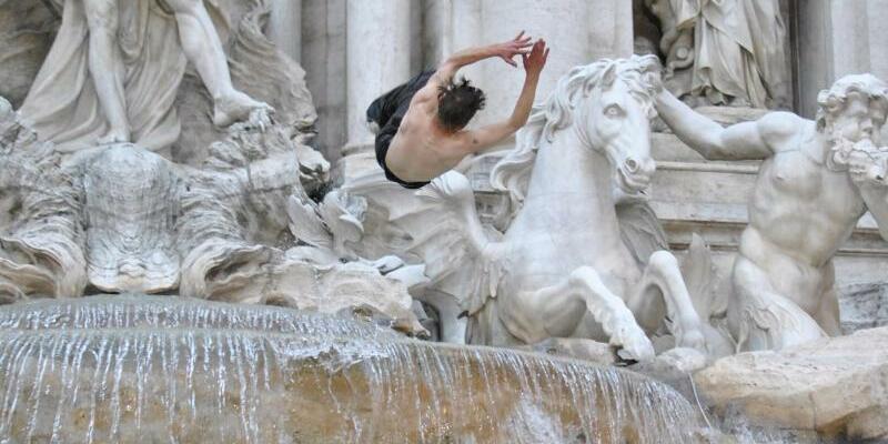 Mann springt in den Trevi-Brunnen - Foto: Alessio Taralletto