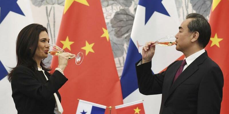 Bündnis zwischen Panama und China - Foto: Panamas Außenministerin Isabel de Saint Malo und der chinesische Außenminister Wang Yi. Foto:Greg Baker