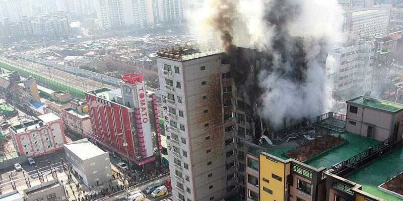 Hochhausbrand in Seoul - Foto: Ein Wohnblock brannte am 10.01.2015 in Seoul aus. Foto:Lee Min-Jin
