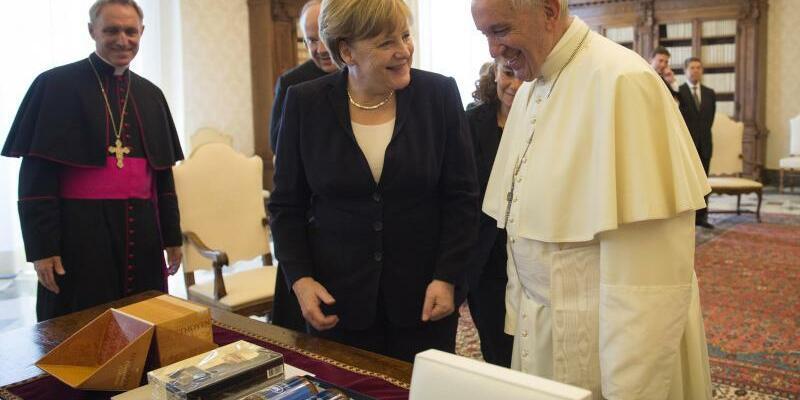 Franziskus empfängt Merkel - Foto: Guido Bergmann