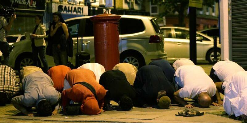 Betende Anwohner - Foto: Anwohner beten nach dem Anschlag im Londoner Stadtteil Finsbury Park. Foto:Yui Mok