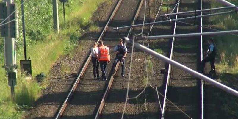 Ermittlungen - Foto: Ermittlungen amBahngleis:Polizisten und Bahnmitarbeiter in Hamburg. Foto:TNN