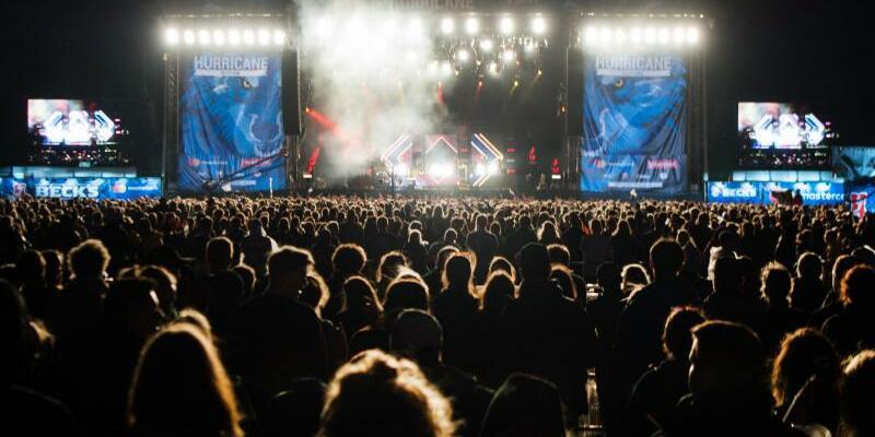 Hurricane-Festival - Foto: Festivalbesucher geniessen den Auftritt von Clueso. Foto:Sebastian Gollnow